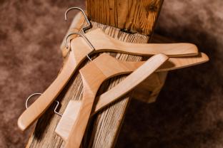Dřevěné košilové ramínko