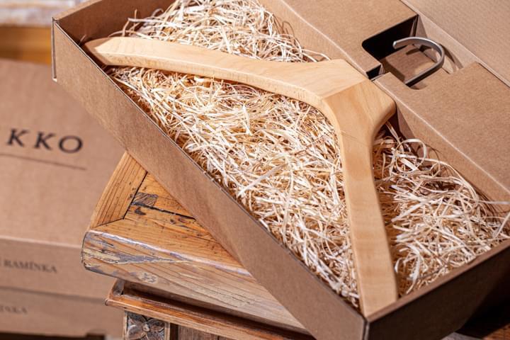 Umeraș de cămăși în cutie de cadou